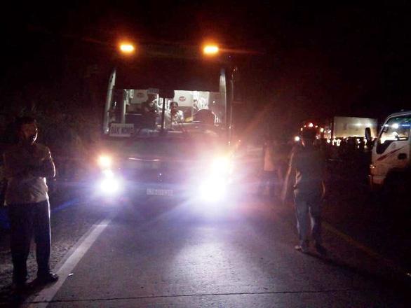 Xe khách va chạm với xe máy, 2 bé gái tử vong - Ảnh 1.