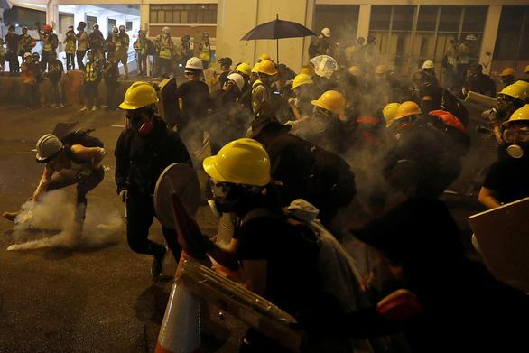 Báo Trung Quốc giận dữ vì người biểu tình tấn công văn phòng đại diện Bắc Kinh ở Hong Kong - Ảnh 1.