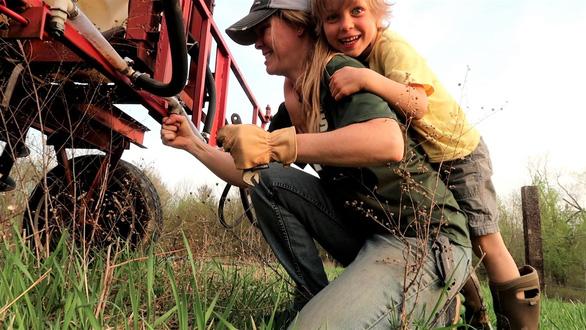 Những nông dân Mỹ kiếm tiền trên YouTube nhiều hơn trên đồng ruộng - Ảnh 1.