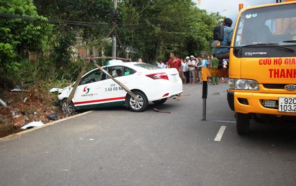 Taxi tông mạnh khiến xe máy vỡ nát, hai cô cháu văng ra đường tử vong - Ảnh 1.