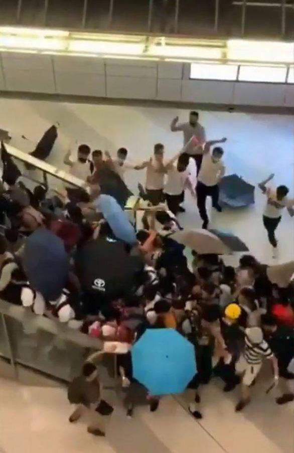 Nhóm người mặc áo trắng bịt mặt tấn công người biểu tình, nhà báo Hong Kong - Ảnh 1.