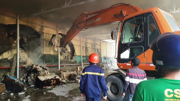 Cháy kho sợi trong khu công nghiệp ở Huế, chủ tịch tỉnh ra hiện trường - Ảnh 3.