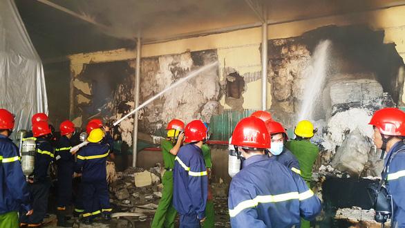 Cháy kho sợi trong khu công nghiệp ở Huế, chủ tịch tỉnh ra hiện trường - Ảnh 2.