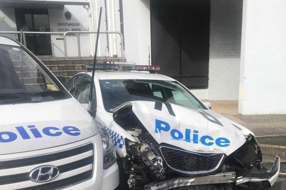 Chở ma túy đá lại tông ngay xe cảnh sát - Ảnh 1.