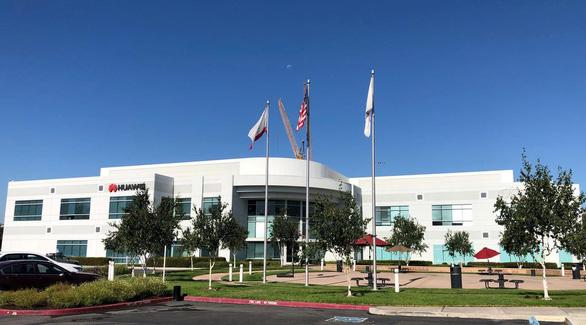 Huawei kiện Mỹ vì bị cấm làm ăn ở khu vực nông thôn - Ảnh 1.