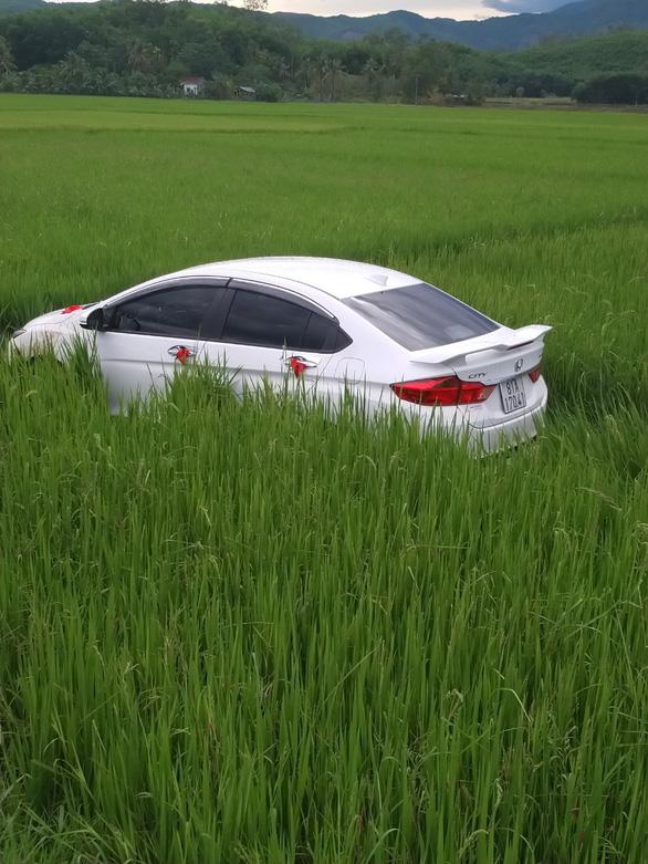 Trên đường ăn cưới về, tài xế ngủ gục đậu luôn ôtô... dưới ruộng - Ảnh 2.