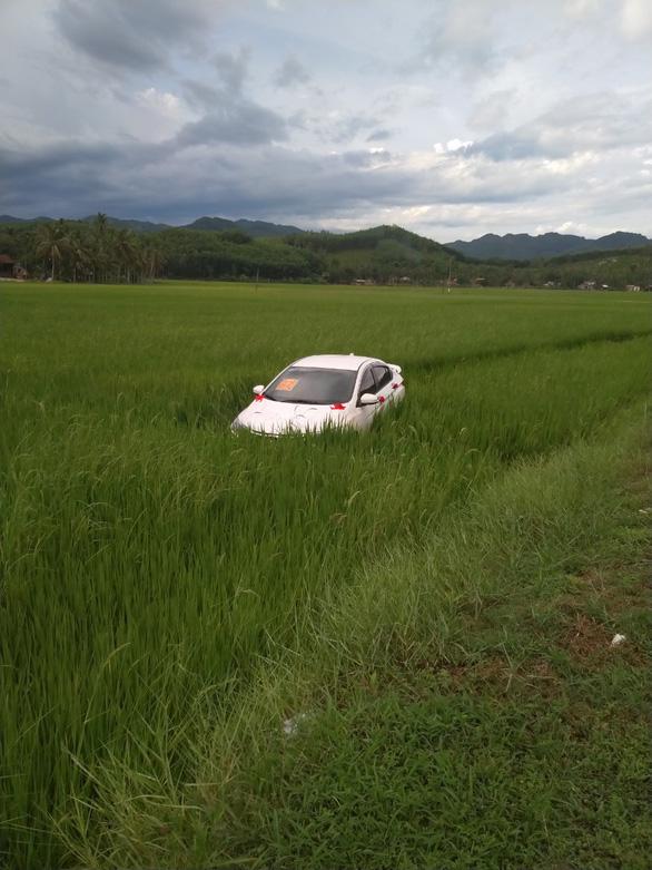 Trên đường ăn cưới về, tài xế ngủ gục đậu luôn ôtô... dưới ruộng - Ảnh 1.