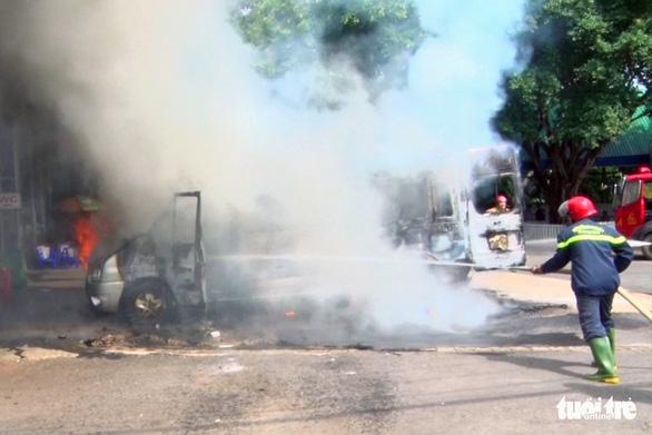 Xe khách 16 chỗ bốc cháy trơ khung khi đậu ở trạm dừng chân - Ảnh 1.
