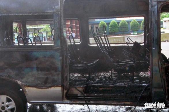 Xe khách 16 chỗ bốc cháy trơ khung khi đậu ở trạm dừng chân - Ảnh 3.