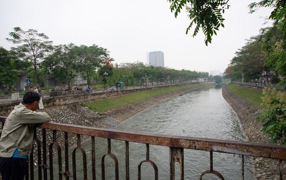 Xả nước ra sông Tô Lịch không ảnh hưởng thử nghiệm xử lý ô nhiễm - Ảnh 2.
