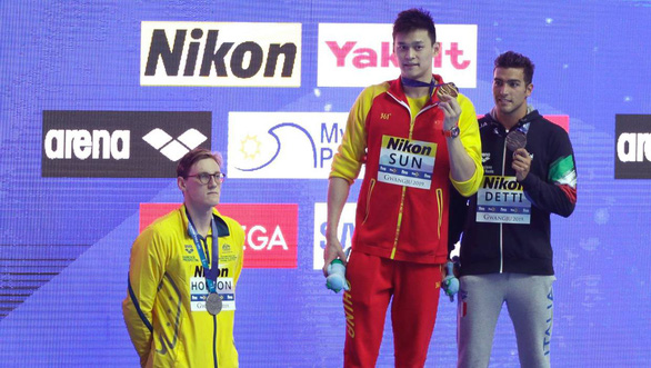 VĐV bơi Úc bị CĐV Trung Quốc ném đá do từ chối đứng chung bục nhận thưởng với VĐV Sun Yang - Ảnh 1.