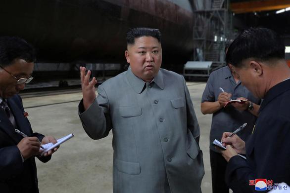 Ông Kim Jong Un thanh tra hệ thống vũ khí của tàu ngầm mới - Ảnh 1.