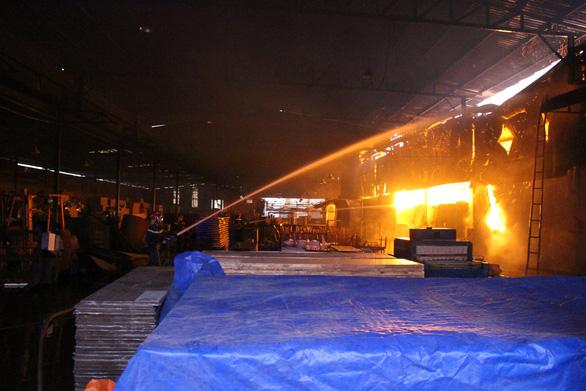 Lửa bùng phát trong đêm, xưởng chứa mùn cưa rộng hơn 1.000m2 cháy rụi - Ảnh 2.
