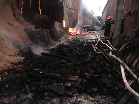 Lửa bùng phát trong đêm, xưởng chứa mùn cưa rộng hơn 1.000m2 cháy rụi - Ảnh 3.