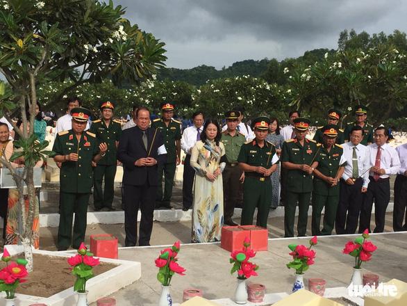 Truy điệu và cải táng hài cốt liệt sĩ quân tình nguyện Việt Nam - Ảnh 1.