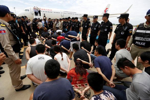 200 người bị bắt vì lập sàn giao dịch giả, lừa mua cổ phiếu giả ở Trung Quốc - Ảnh 1.