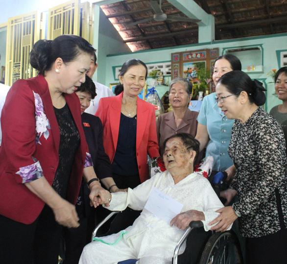 Chủ tịch Quốc hội thăm gia đình thương binh, liệt sĩ ở Củ Chi - Ảnh 3.