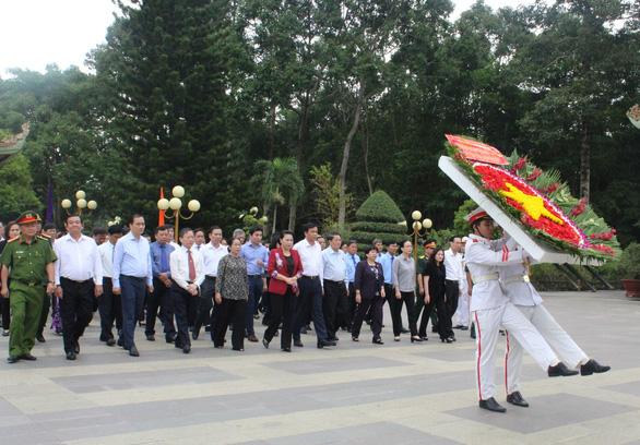 Chủ tịch Quốc hội thăm gia đình thương binh, liệt sĩ ở Củ Chi - Ảnh 1.