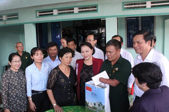 Chủ tịch Quốc hội thăm gia đình thương binh, liệt sĩ ở Củ Chi - Ảnh 4.