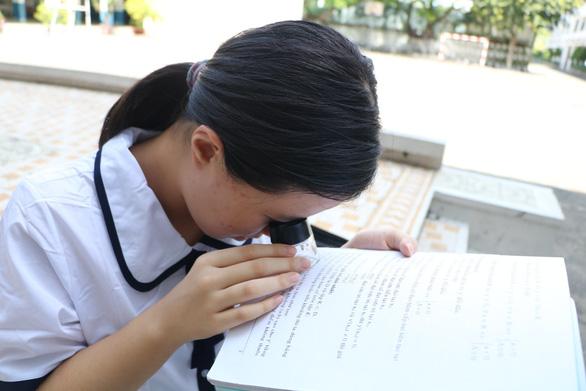 Hiệu trưởng ĐH Sư phạm TP.HCM tặng học bổng cho nữ sinh khiếm thị Vân Như - Ảnh 1.