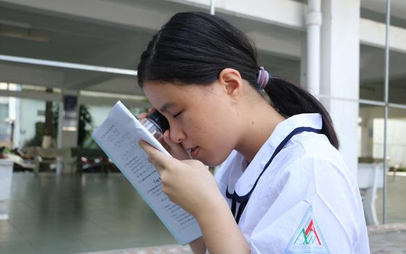 Nữ sinh khiếm thị đem cả gia tài đi học trở thành sinh viên sư phạm - Ảnh 1.