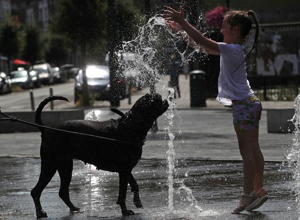 Châu Âu lại đổ lửa, có nơi nắng nóng trên 41 độ C - Ảnh 3.