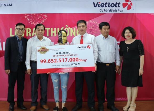 Gia đình 16 người đến Vietlott lĩnh 99 tỉ đồng - Ảnh 2.