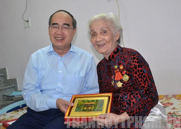 Bí thư Nguyễn Thiện Nhân đi thăm Mẹ Việt Nam Anh hùng, thương binh - Ảnh 1.