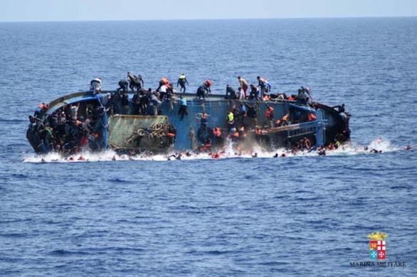 Chìm tàu chở dân tị nạn tại Libya, hơn 100 người mất tích - Ảnh 1.