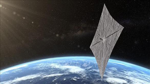 Tàu vũ trụ chạy bằng năng lượng Mặt trời bay quanh Trái đất - Ảnh 1.