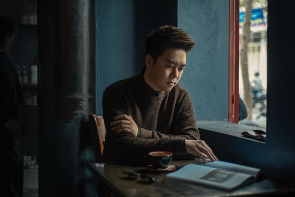 Lê Hiếu xuất hiện trong phòng khách Music Home cùng ban nhạc Anh Em - Ảnh 3.