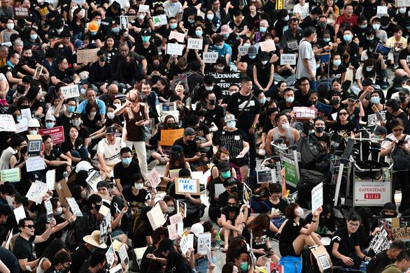Người biểu tình Hong Kong ra sân bay tuyên truyền cho du khách - Ảnh 2.