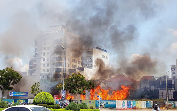 Dân thản nhiên đốt, 114 gồng mình một ngày 10 tin báo cháy... cỏ   - Ảnh 1.