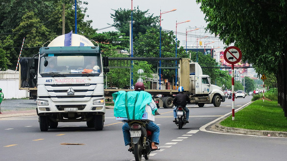 Tai nạn chực chờ trên đường song hành xa lộ Hà Nội - Ảnh 1.