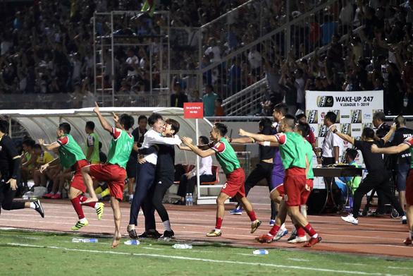 CLB TP.HCM tiếp tục dẫn đầu V-League nhờ bàn gỡ hòa ở phút 90+7 - Ảnh 1.