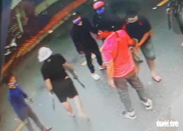 Bắt hai cha con đại ca giang hồ ném bình gas, nổ súng truy sát người - Ảnh 2.