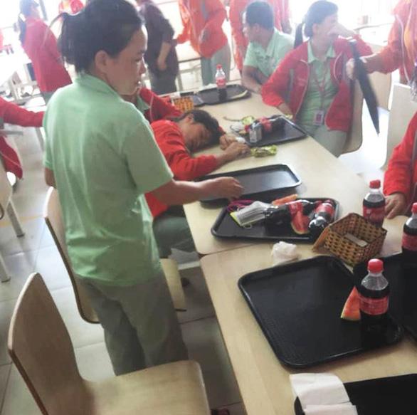 Nhiều công nhân ngất xỉu do ăn trưa trễ hơn 30 phút - Ảnh 1.
