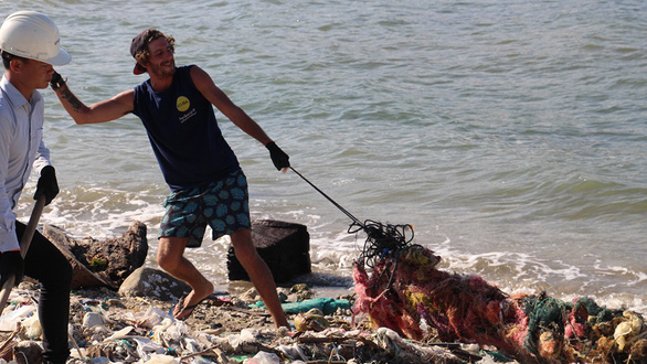 Rác biển Nha Trang, một người gom, ngàn người xả - Ảnh 4.
