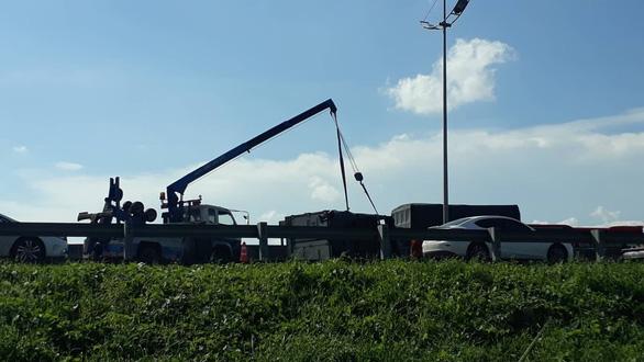 Xe tải lật ngang, cao tốc TP.HCM - Trung Lương ùn tắc kéo dài - Ảnh 2.