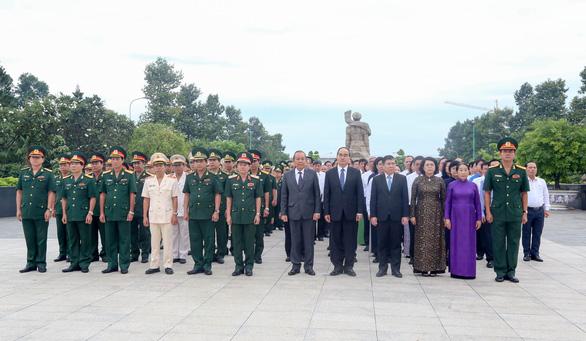 Lãnh đạo TP.HCM dâng hương tại nghĩa trang liệt sĩ TP - Ảnh 1.