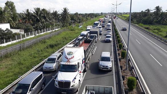 Xe tải lật ngang, cao tốc TP.HCM - Trung Lương ùn tắc kéo dài - Ảnh 1.