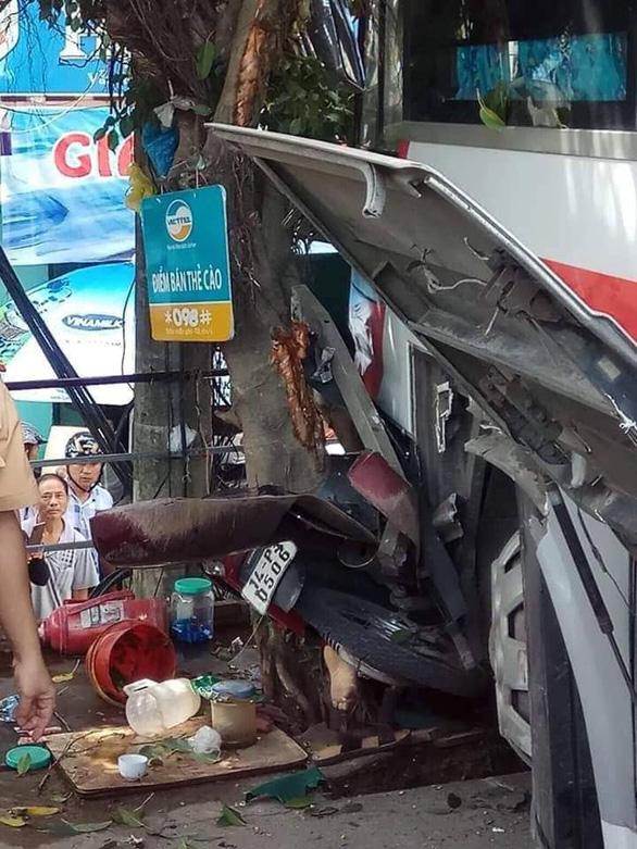 Xe khách xuống dốc lao vào xe máy, ôtô trên đường, 2 người tử vong - Ảnh 2.