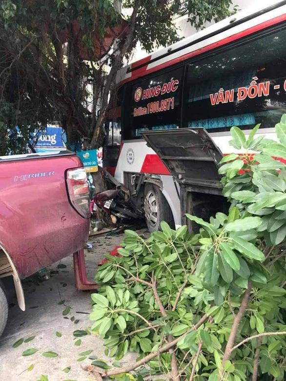 Xe khách xuống dốc lao vào xe máy, ôtô trên đường, 2 người tử vong - Ảnh 1.