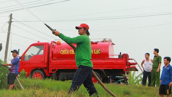 1 xe tải, 1 thùng phi, 1 máy dầu... vậy là các kỹ sư làng có siêu xe chữa cháy  - Ảnh 1.