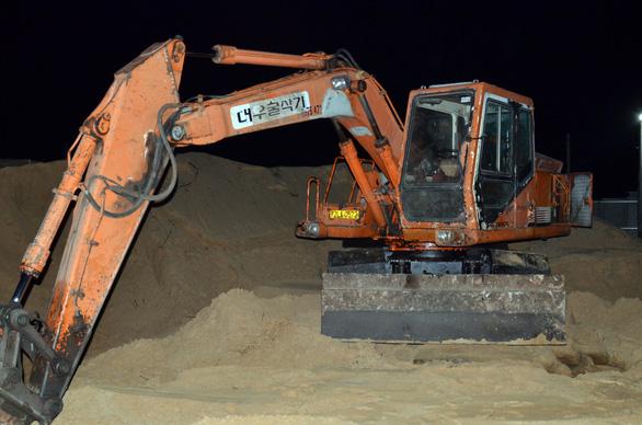 Đồi cát bị xẻ thịt quy mô biến thành thung lũng - Ảnh 1.