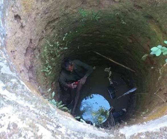Ba phụ nữ phát hiện người đàn ông kẹt dưới giếng hoang trong rừng - Ảnh 1.