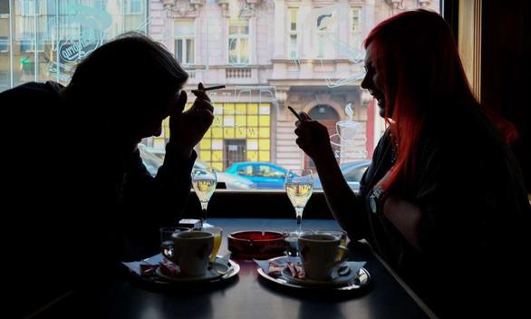 Phụ nữ hút thuốc lá có nguy cơ mắc bệnh tim mạch cao hơn nam giới - Ảnh 1.