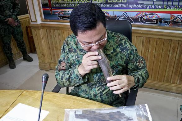 Philippines bắt 5 người Việt nghi vận chuyển lậu trầm hương - Ảnh 3.