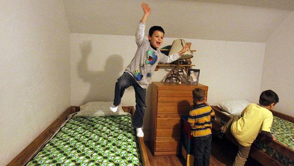 Lấy tiền lương đi... đóng giường cho trẻ em nghèo - Ảnh 1.