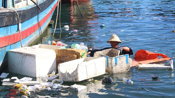 Rác biển Nha Trang, một người gom, ngàn người xả - Ảnh 5.